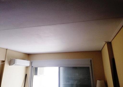 Plafond d'appartement isolé avec la peinture isolante Korund Façades