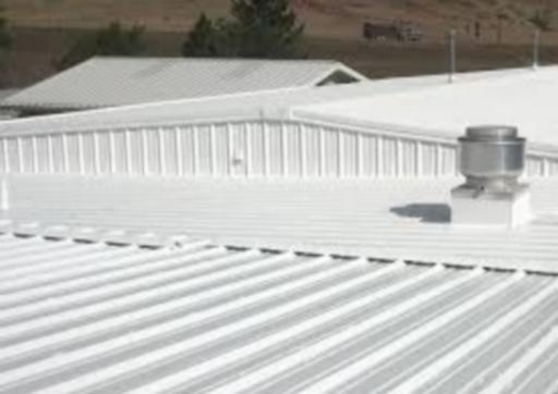 Toiture métallique protégée des UV/IFR et isolée thermiquement avec Korund Façades