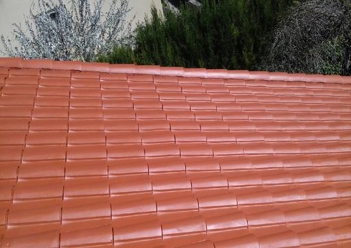 Toiture en tuiles isolée thermiquement avec Korund Façades et recouverte en dernière couche d'une peinture spéciale toitures